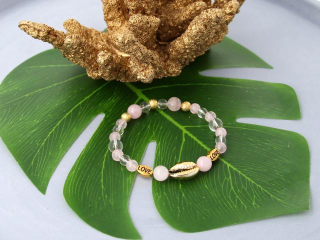 Inspirace: Elastický růženinový náramek se zlatou Kauri mušlí