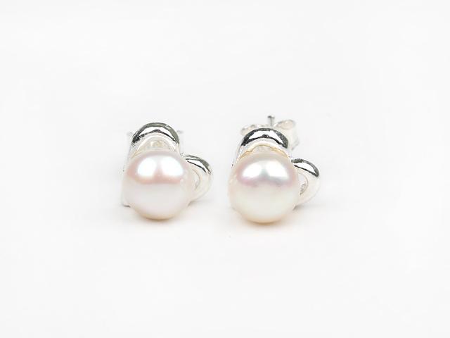 Propichovací náušnice bílá říční perla 6-7 mm se srdíčkem