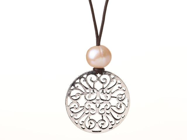 Náhrdelník růžové říční perly a přívěsek květ na kožené šňůrce